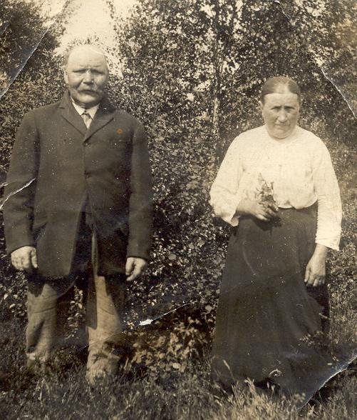 bf1b0ecf9e94 ... det genom deras ålder, kläder och foto. Jag misstänker att dessa två  kan vara. Wilhelm Abrahamsson f.1849 i Amnehärad och Rosina  Österbergspåtant f.